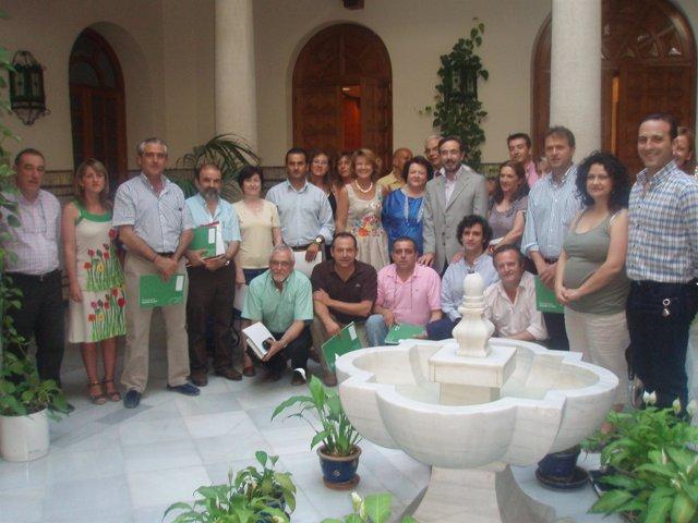 López con los alcaldes y concejales que han asistido al acto