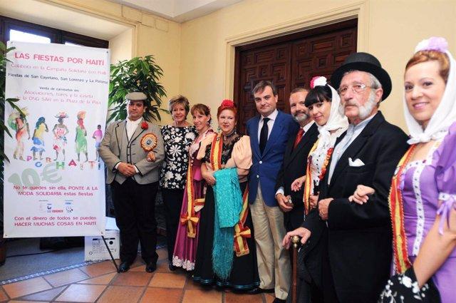 El concejal del distrito Centro, José Enrique Núñez, junto a los ganadores de la