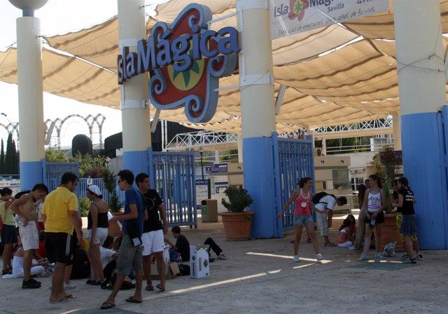 Acceso al parque Isla Mágica