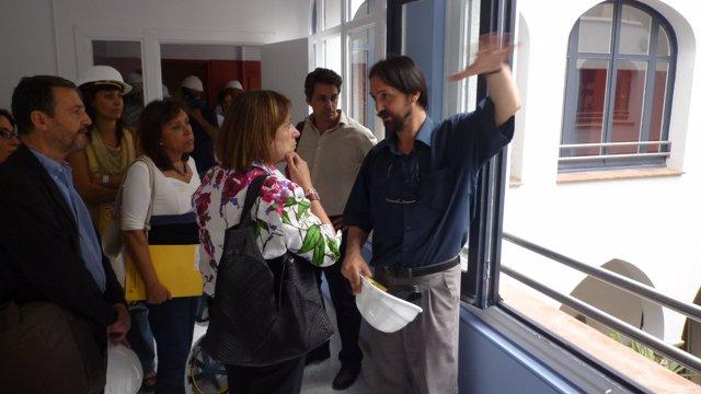 La consellera capdevila visita el centro de acogida de menores en Gracia
