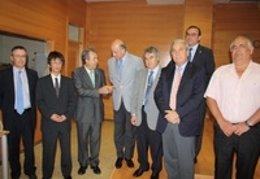 El consejero de Agricultura y Agua, junto con los responsables de las entidades