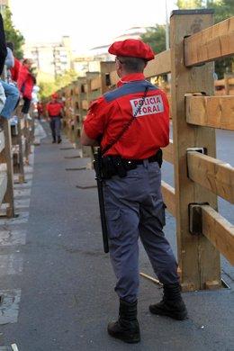 Un agente de la Policía Foral en uno de los encierros de Tudela.
