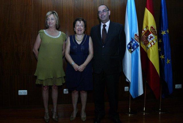 La conselleira de Sanidade (centro) y Sagrario Pérez Castellanos.