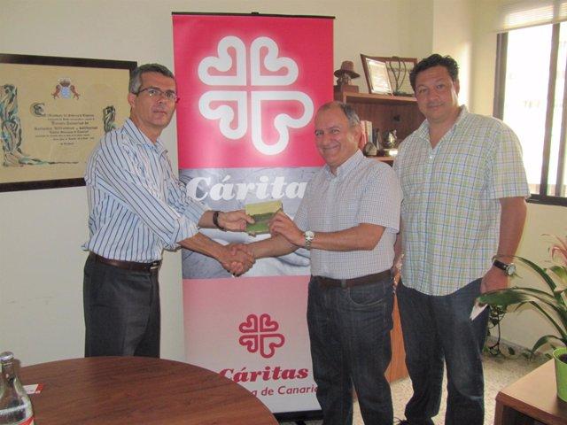 El responsable de medios del grupo canario La Trova, Carlos Macho (izquierda),