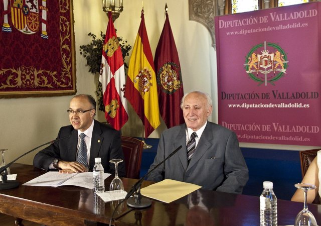 El presidente de la Diputación, Ramiro Ruiz Medrano, y el premiado durante su co