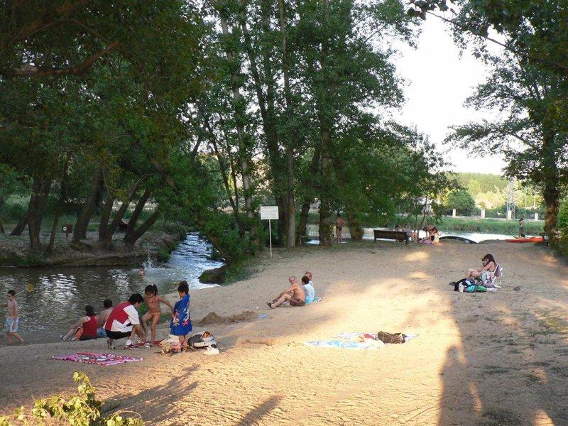 Las 31 zonas de ba o de embalses r os y lagos de castilla for Piscinas soria