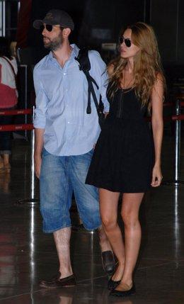 Dani Mateo y Elena Ballesteros, recién casados, en el aeropuerto de Barajas rumb