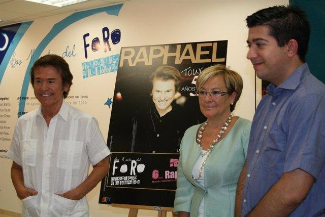la presidenta de la Diputación, Petronila Guerrero, junto a Raphael y el directo
