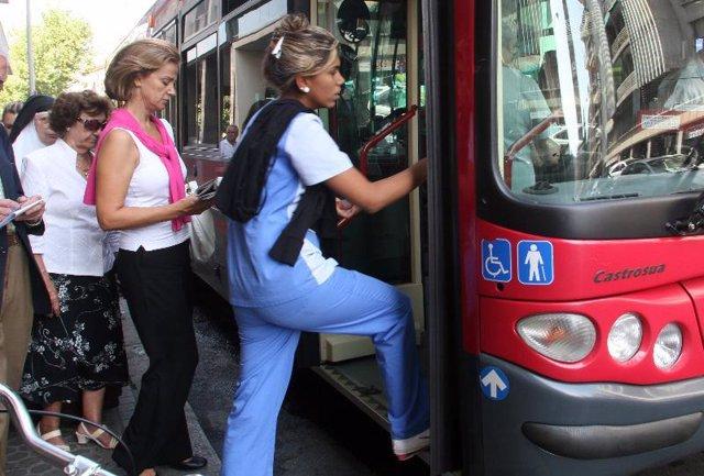 pasajeros de un autobús urbano