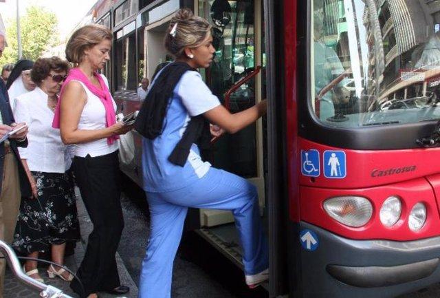 Pasajeros en un autobús urbano.