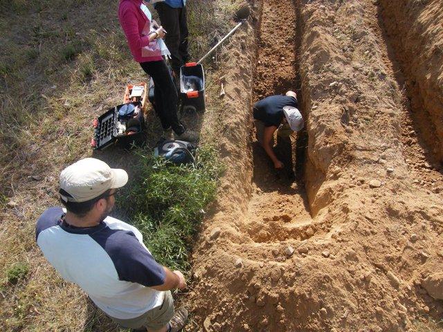 Trabajos en la fosa común de Castillejo de Martín Viejo