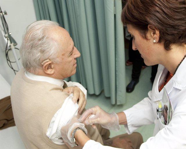 Imagen de una enfermera vacunando a un paciente.