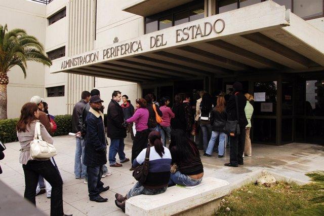Inmigrantes en cola en una oficina de extranjería