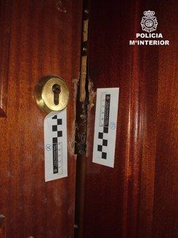 Una de las puertas forzadas