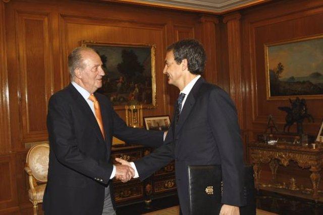 El Rey saluda a Zapatero