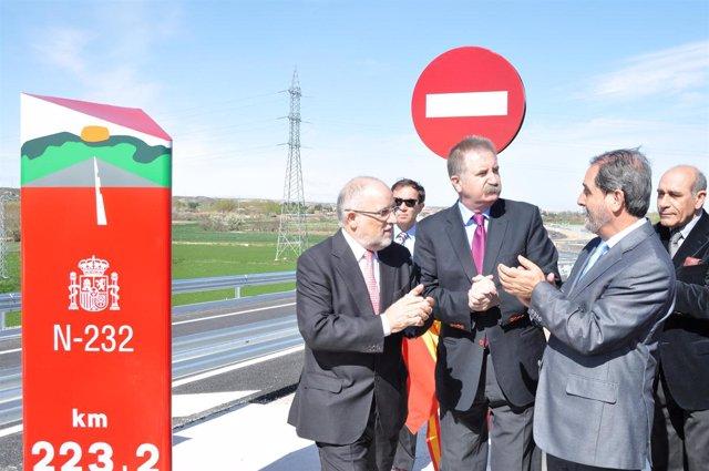 Victor Morlán acompañado por el delegado del Gobierno y el consejero de Presiden