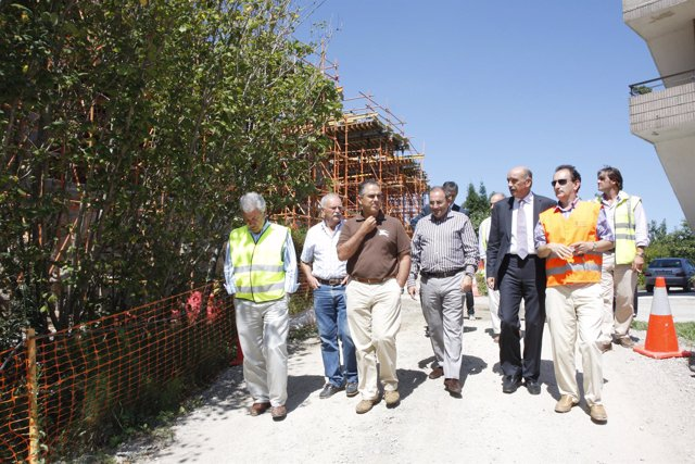 El consejero de Obras Públicas, acompañado del alcalde de Miengo, durante su vis