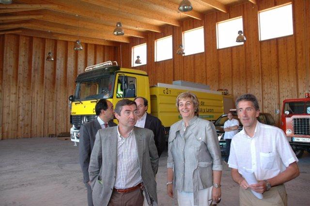 La consejera de Medio Ambiente, María Jesús Ruiz, en la base aérea de Garray (So