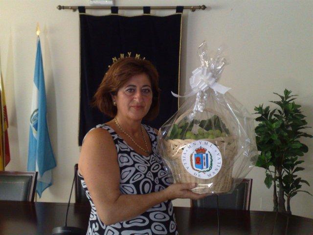 La alcaldesa de Manilva con el regalo para Michelle Obama