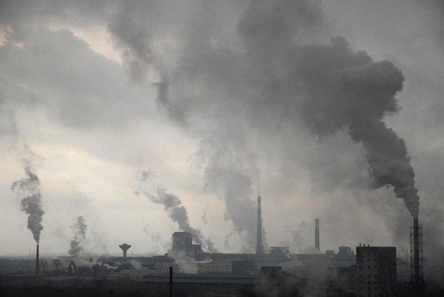 Fábricas echando humo a la atmósfera