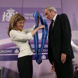 Jesús Neira recibe la Gran Cruz del Mérito Civil a manos de Bibiana Aído