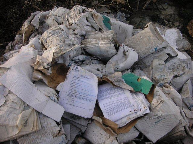 Imagen de los documentos de la bolsa de empleo tiradas al vertedero