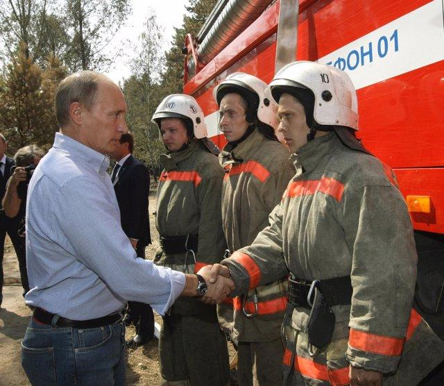 El primer ministro ruso, Vladimir Putin, con bomberos rusos