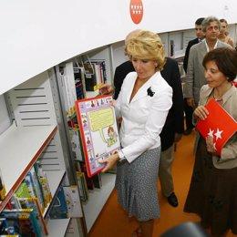 Esperanza Aguirre en una biblioteca de Villa Vallecas