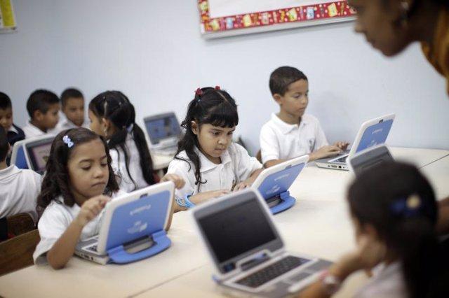 Niños menores utilizando ordenador ordenadores portátil portátiles