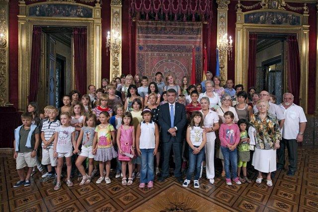 El grupo de niños ucranianos junto al consejero y miembros de la ONG.