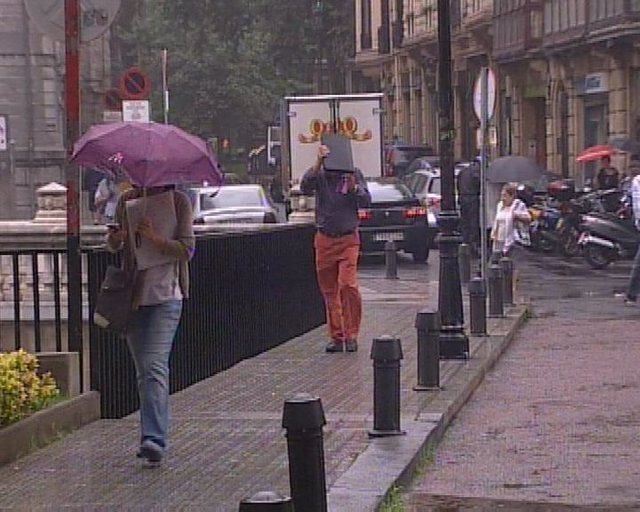 Viandantes afectados por la lluvia