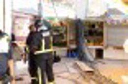 Bomberos trabajan en el mercado de Santa Florentina tras el derrumbe del techo