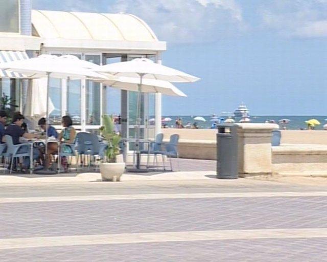 Terraza de un restaurante de playa valenciano.