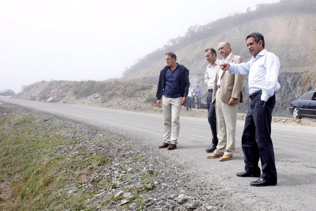 Revilla, Mazón y Alonso observan la carretera