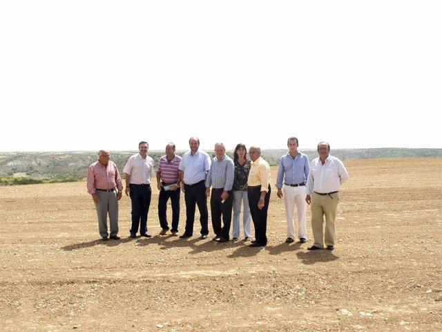En la imagen de archivo, momento de la visita del consejero de Agricultura y Med