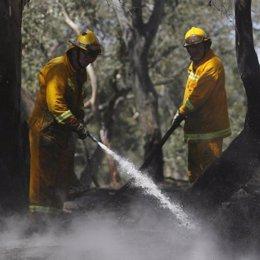 Efectivos apagando un incendio