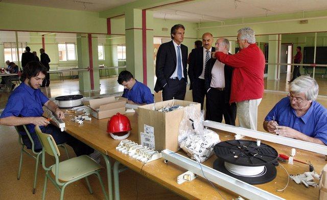 El alcalde, en la visita de la renovación de alumbrado en el colegio Dionisio Ga