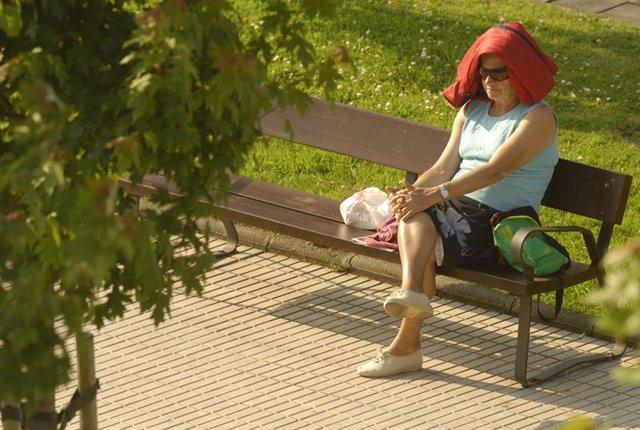 Una persona combate las altas temperaturas por la ola de calor