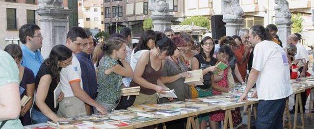 INTERCAMBIO DE LIBROS EN LA PLAZA DE LA UNIVERSIDAD.FTO HENAR SASTRE