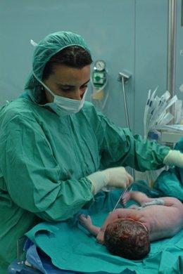 Una enfermera asiste un parto
