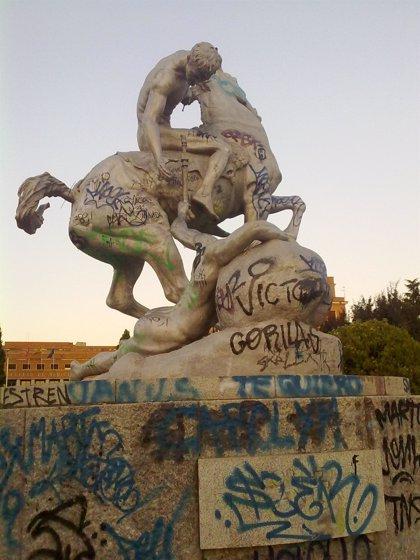 Denuncian el lamentable estado de la escultura 'Los portadores de la antorcha', símbolo de Ciudad Universitaria