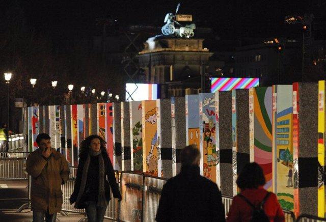 Vista nocturna del Muro de Berlín