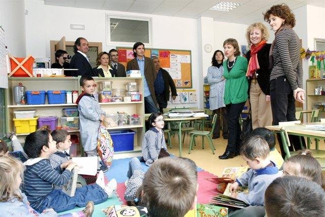Imagen de archivo de la consejera visitando un colegio