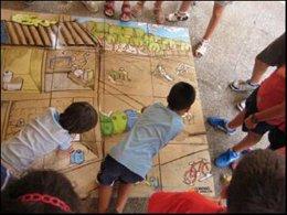Niños de espalda, jugando