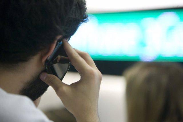Usuario hablando por un teléfono móvil