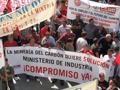Economía/Energía.- Un grupo de mineros corta el acceso a la autovía del Cantábrico, en Muros del Nalón