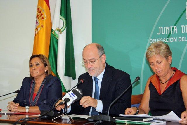 El delegado de la Junta de Andalucía, Manuel Alfonso Jiménez, junto a la directo