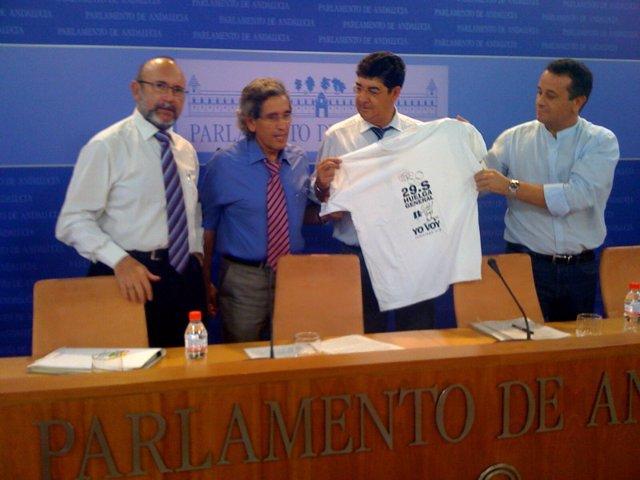 Diego Valderas, acompañado de otros diputados de IULV-CA