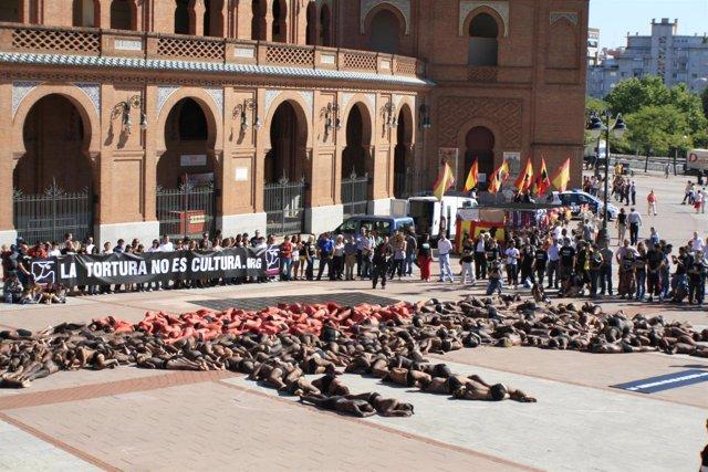 Protesta antitaurina frente a la plaza de Las Ventas