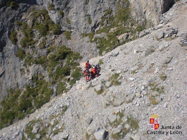 Rescate de una mujer en la Canal de Pedabejo, en Posada del Valdeón (León)